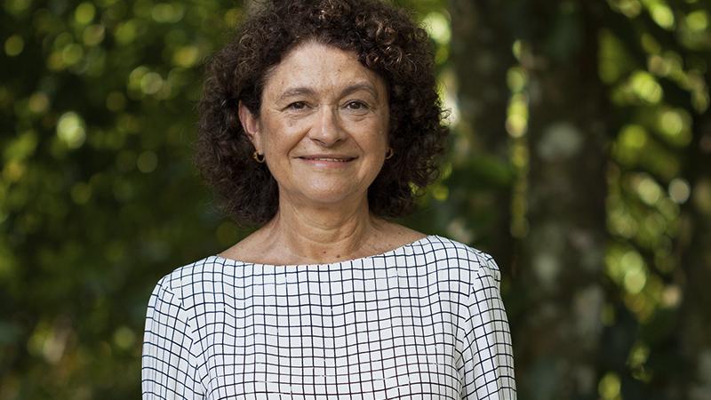 Joanita, presidente do Fundo JBS pela Amazônia em ambiente aberto, com árvores e muito verde